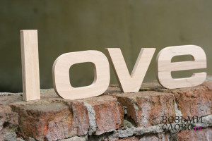 Слово «love» из дерева